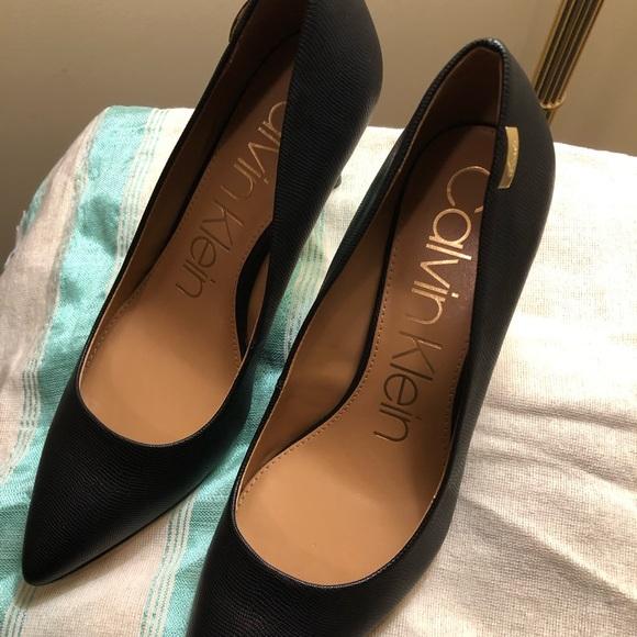5f6a9d73300 Calvin Klein Kylie Black Pumps